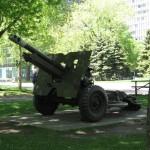 Canon d'artillerie de la Deuxième Guerre mondiale exposé à la Place du Canada (Montréal)