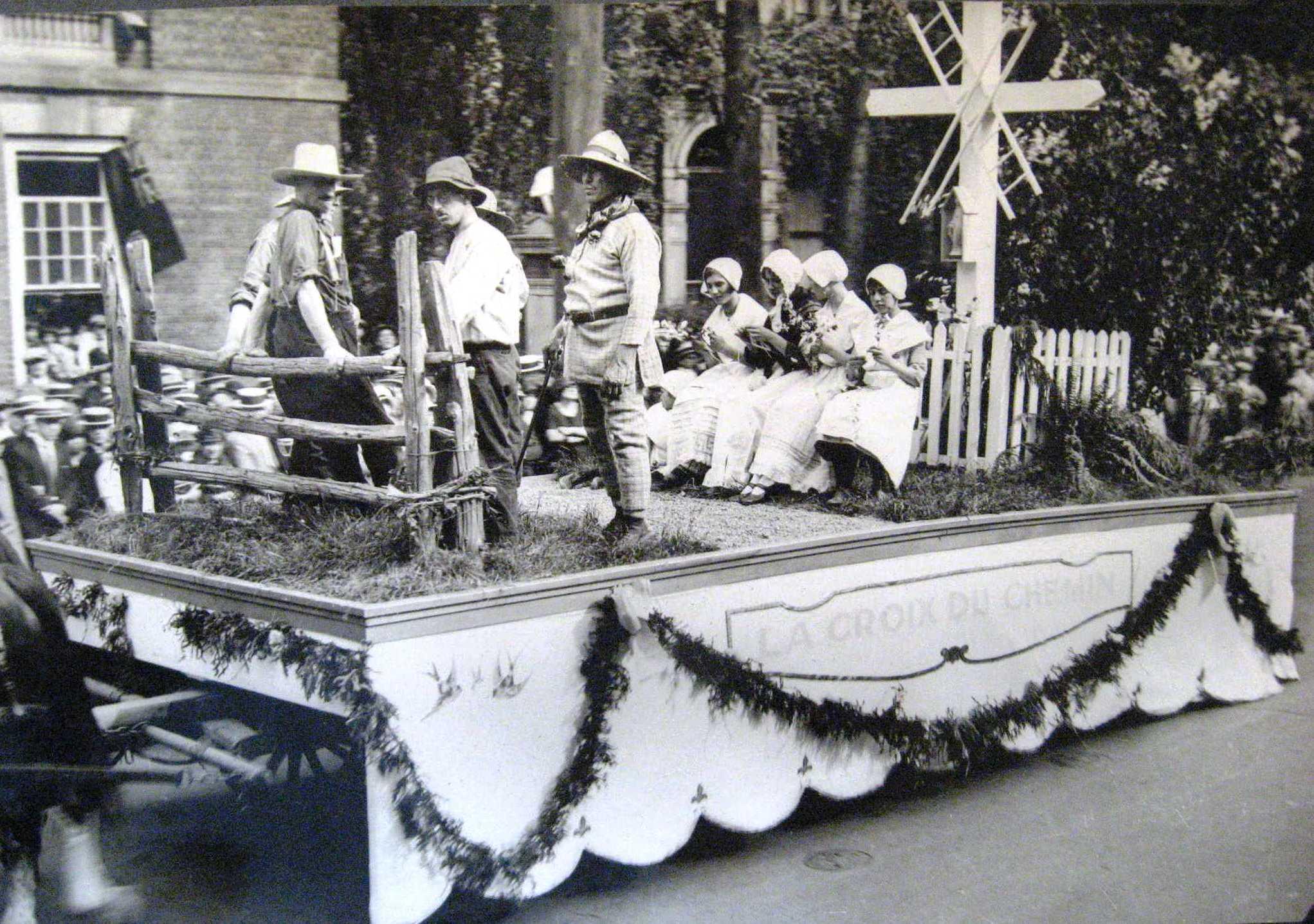La croix de chemin est présentée comme un objet social et non religieux