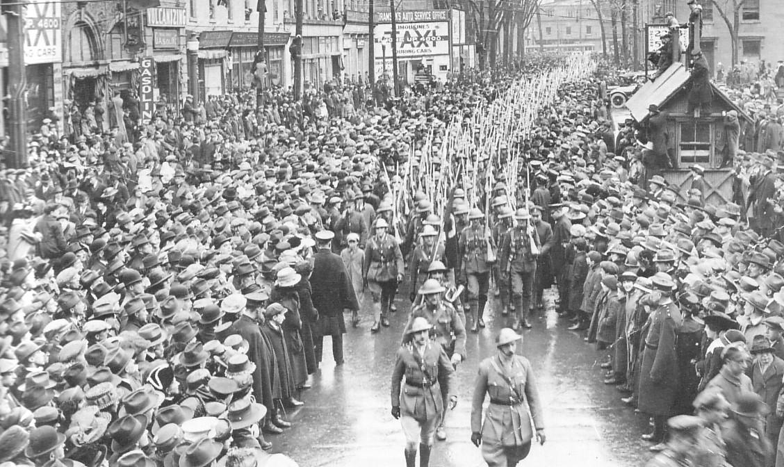 En 1918, l'Armistice est souligné par un défilé des soldats du Royal Montreal Regiment.  Photo : Canada Wide